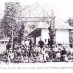 Pater Strater dan Keller di depan sekolah dasar di kadisaba