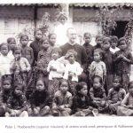 Pater Hoeberechts di antara anak-anak di kalibawang