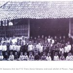 Romo Soemarno dan Virens bersama anak-anak sekolah di Palosan