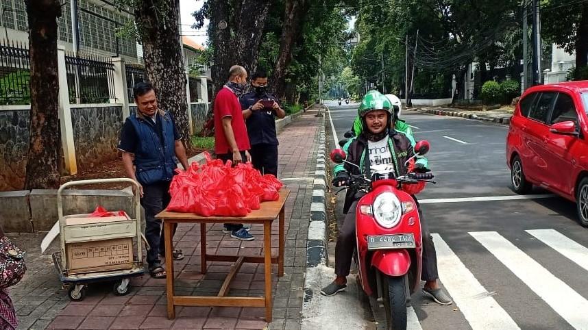 Gereja St. Theresia, Jakarta berbagi Makan Siang